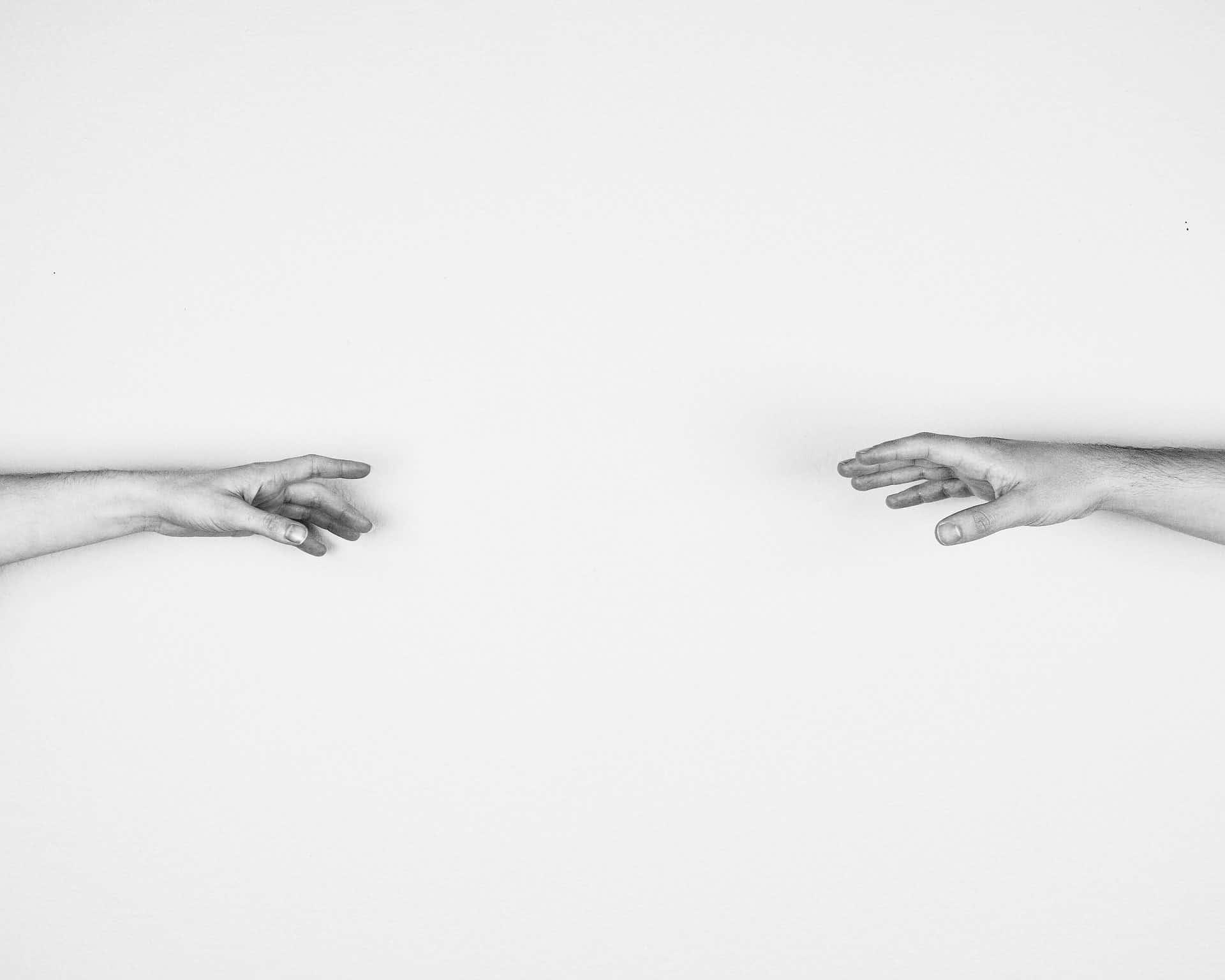 manos a punto de unirse por cercanía